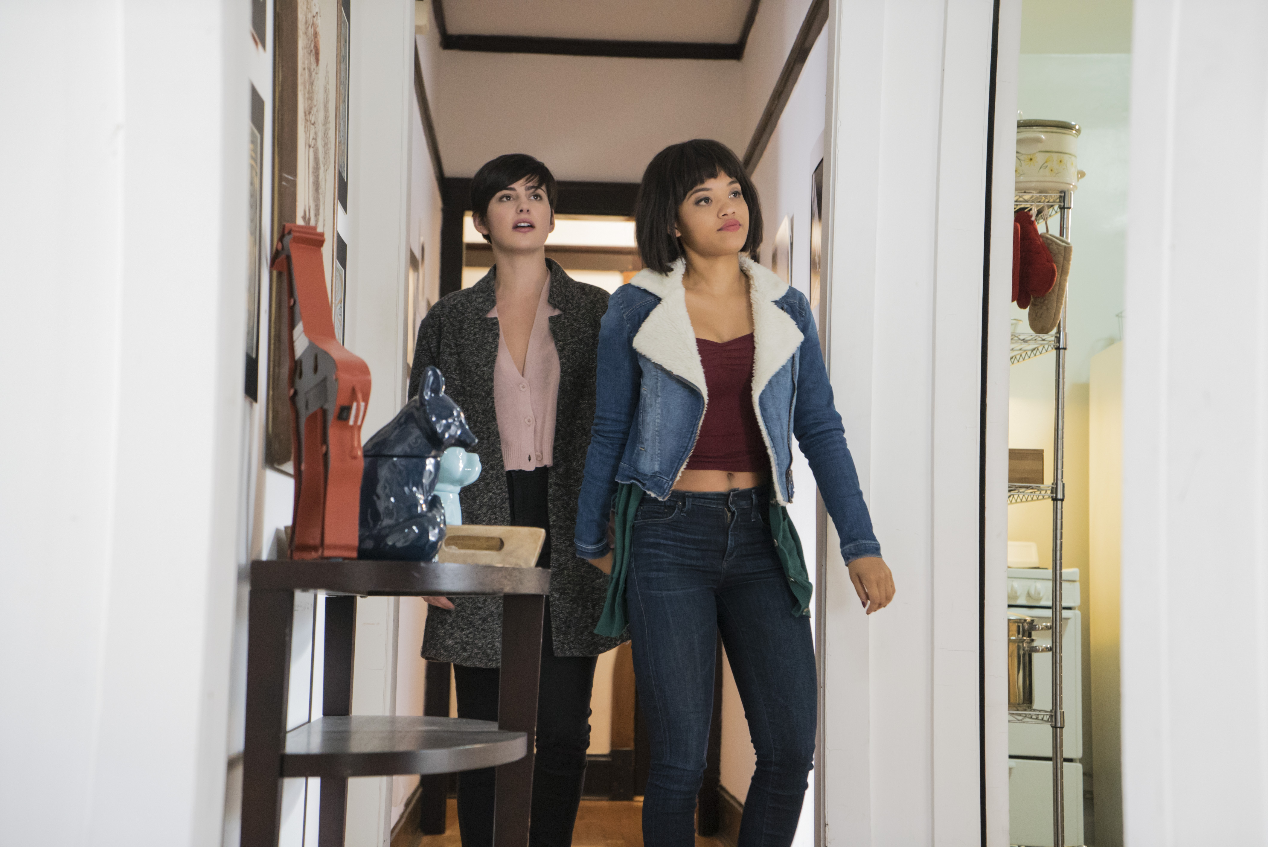 Easy: le attrici Jacqueline Toboni e Kiersey Clemons in una foto della serie