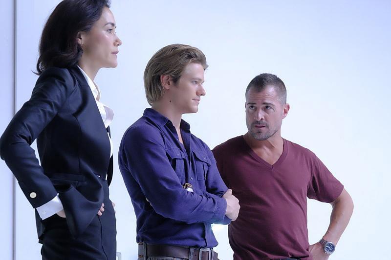 MacGyver: Sandrine Holt, Lucas Till e George Eads in The Rising