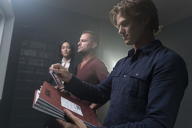 MacGyver: Sandrine Holt, George Eads e Lucas Till in una foto di The Rising