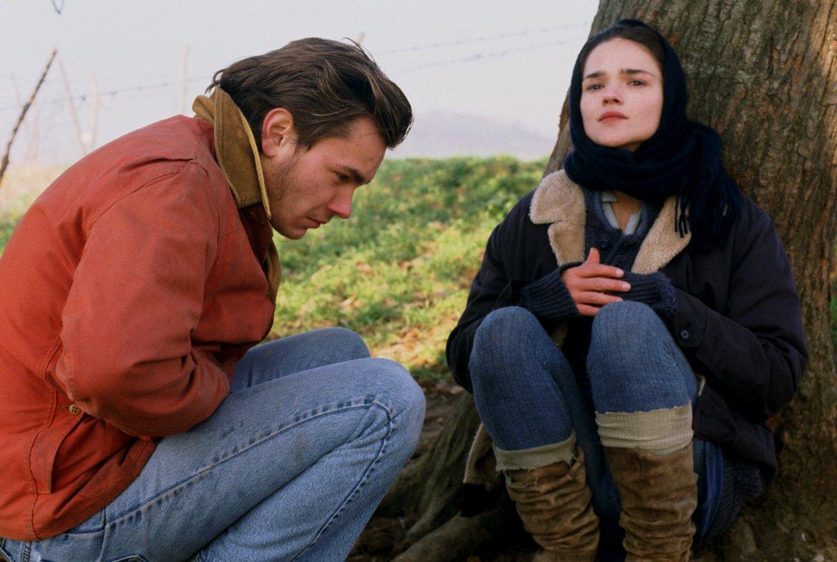 Belli e dannati: River Phoenix e Chiara Caselli in una scena del film