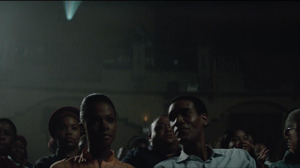 Southside with You: Tika Sumpter e Parker Sawyers al cinema in una scena del film