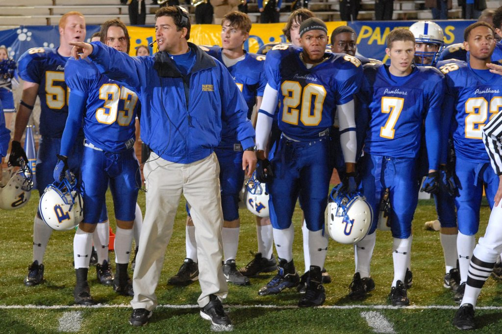 Friday Night Lights: Kyle Chanderl e alcuni membri del cast in una scena