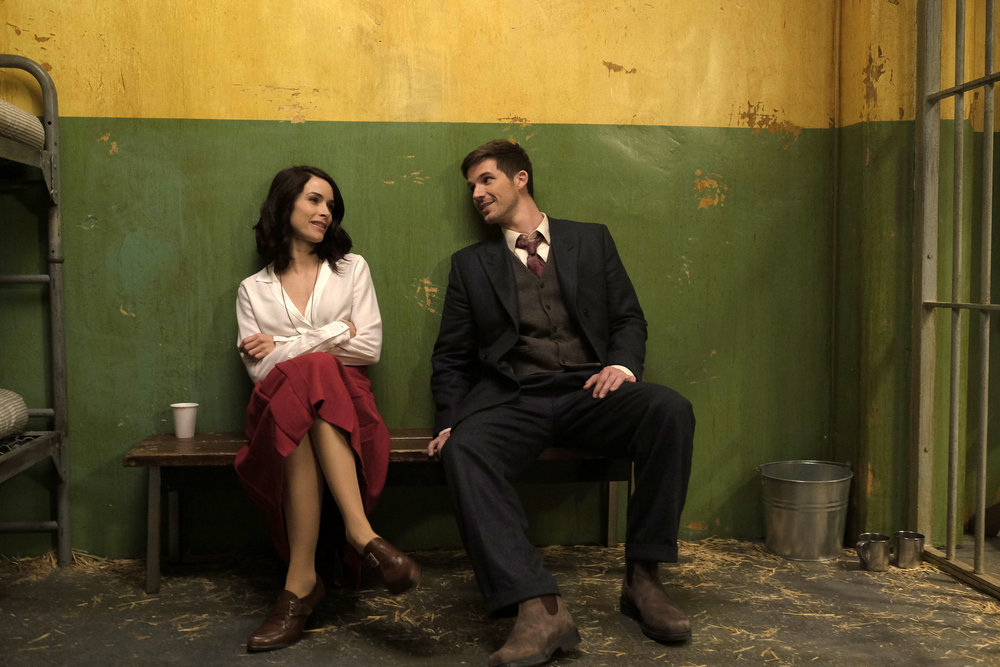 Timeless: un'immagine dei due protagonisti Abigail Spencer e Matt Lanter