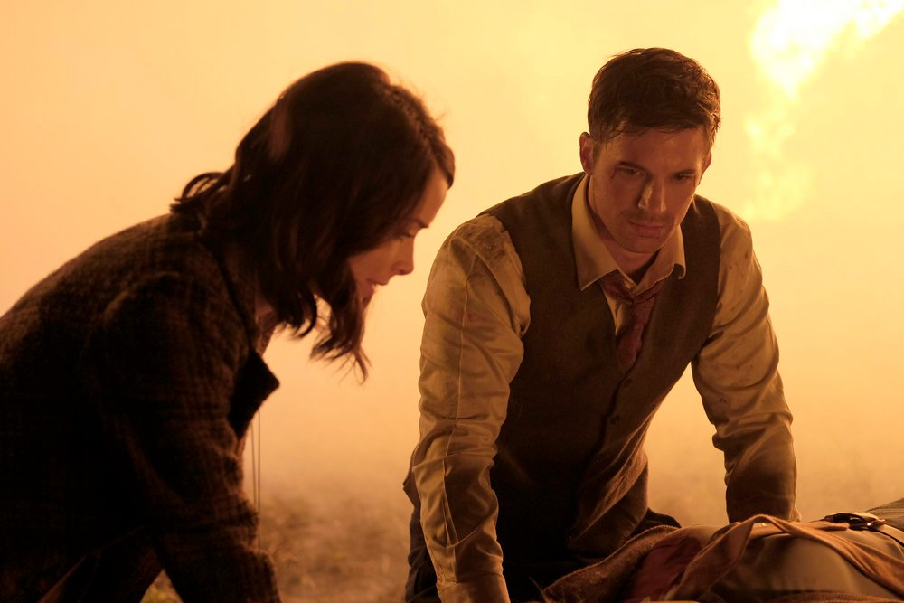 Timeless: Abigail Spencer e Matt Lanter in una foto del pilot