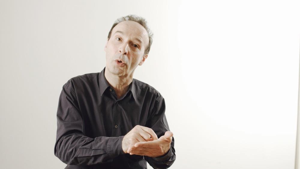 Cinque mondi: Roberto Benigni in un'immagine del documentario