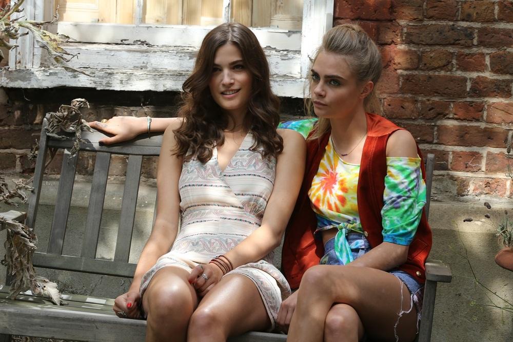 Kids in Love: Alma Jodorowsky e Cara Delevingne in una scena del film