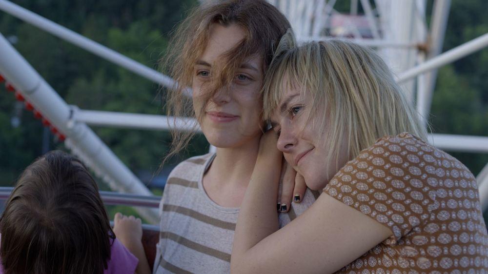 Lovesong: Riley Keough e Jena Malone in una scena del film