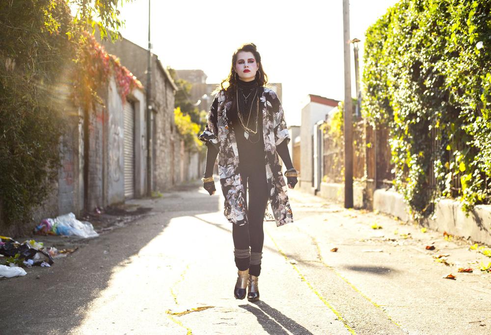 Sing Street: Lucy Boynton in una scena del film