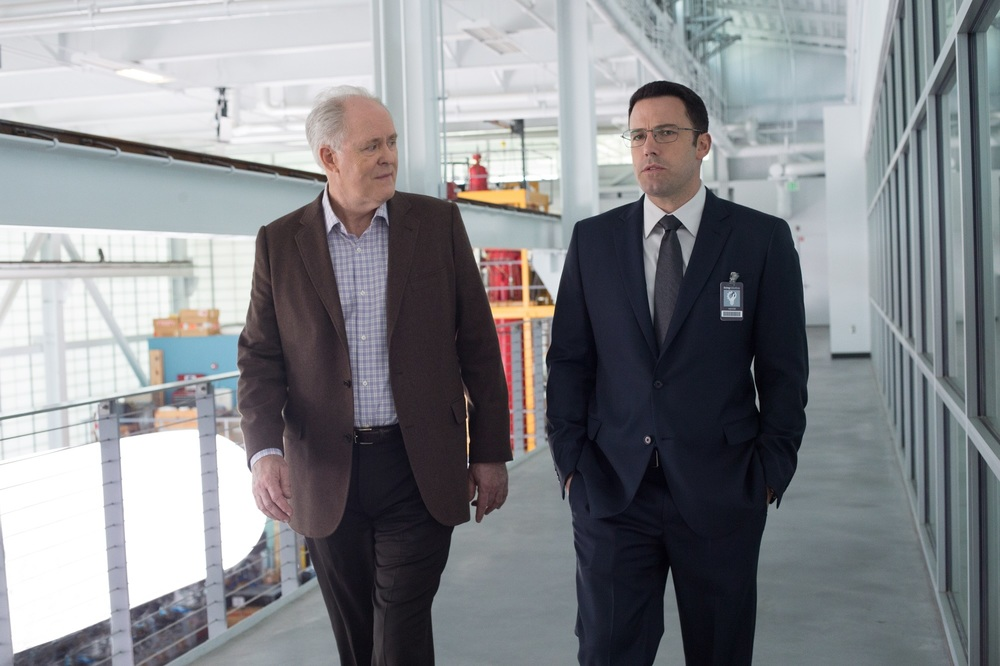 The Accountant: John Lithgow e Ben Affleck in una scena del film