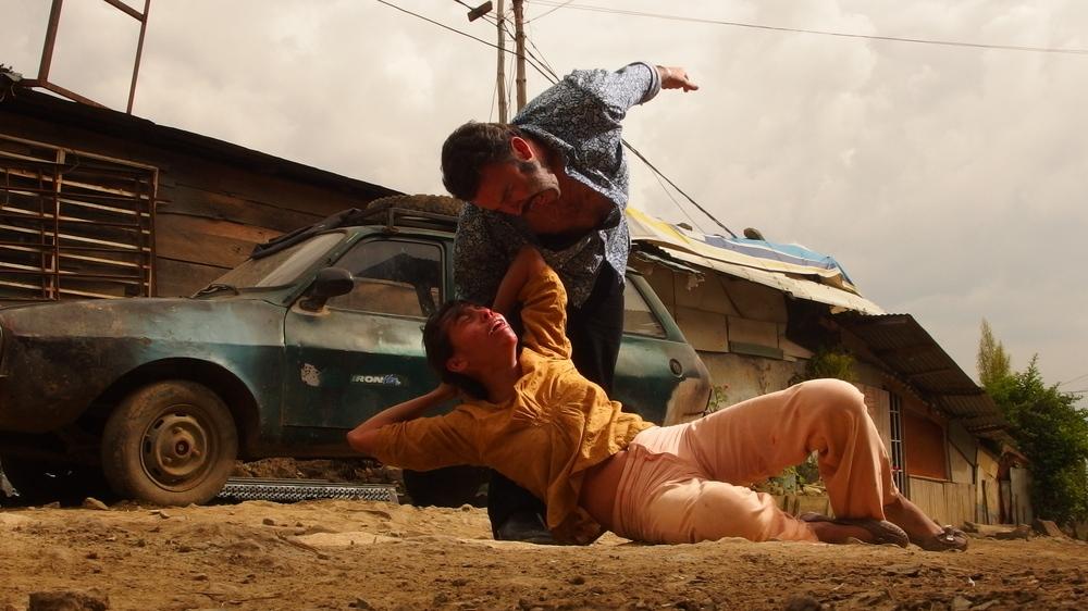 The Animal's Wife: Tito Alexander Gomez in una scena violenta