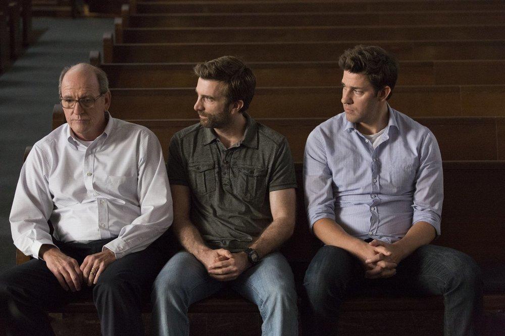 The Hollars: John Krasinski, Charlie Day e Richard Jenkins in una scena del film
