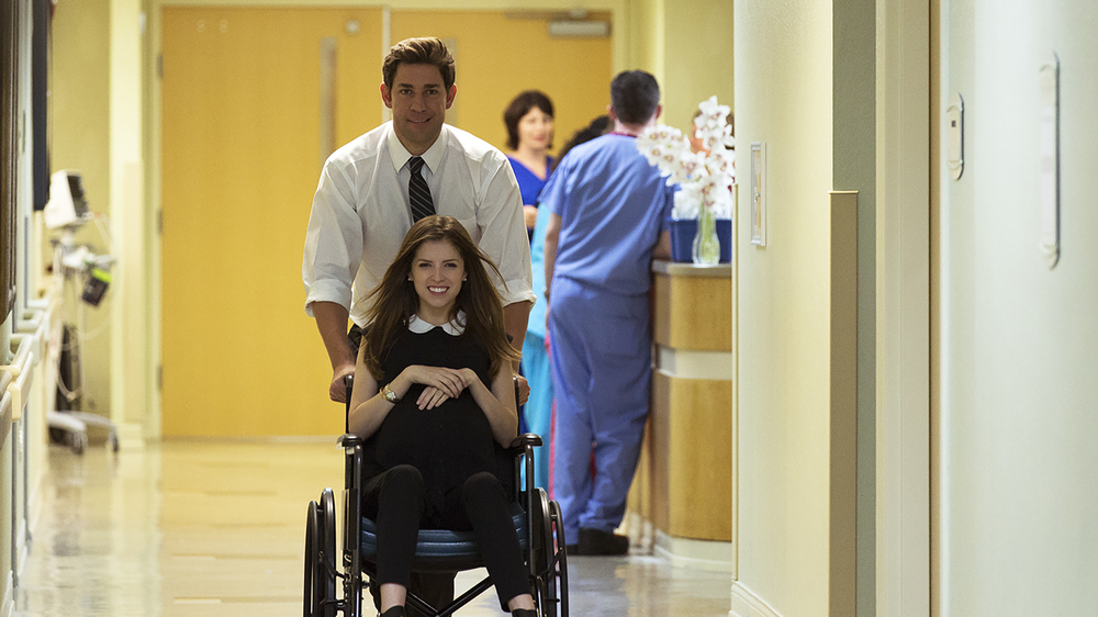 The Hollars: John Krasinski e Anna Kendrick in una scena del film