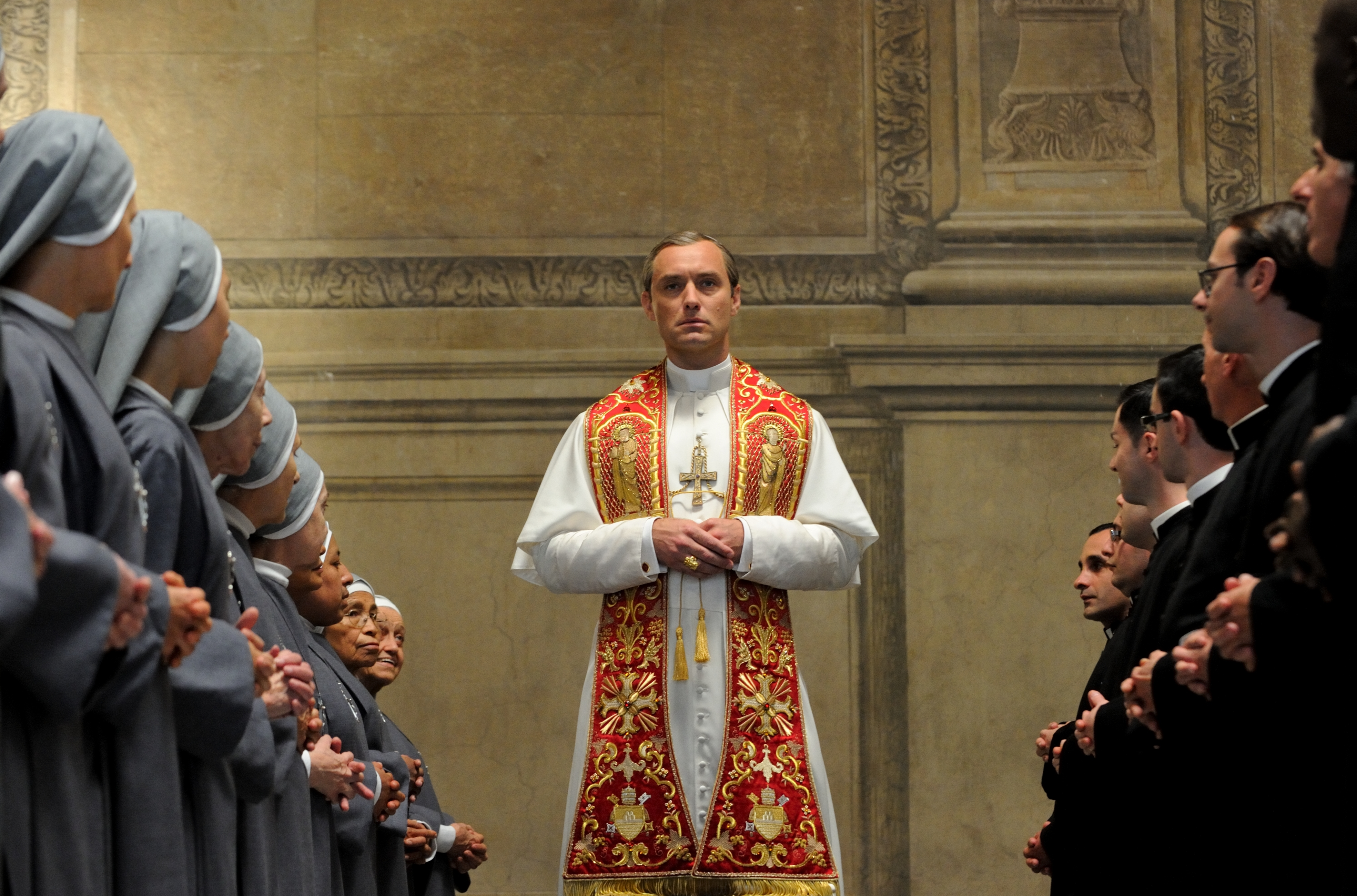 The Young Pope: un'immagine del Papa interpretato da Jude Law