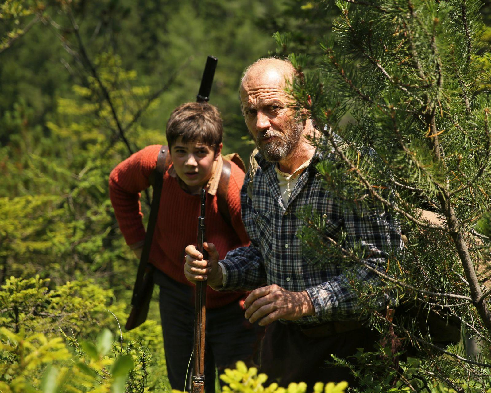 La pelle dell'orso: Marco Paolini e Leonardo Mason in una scena del film