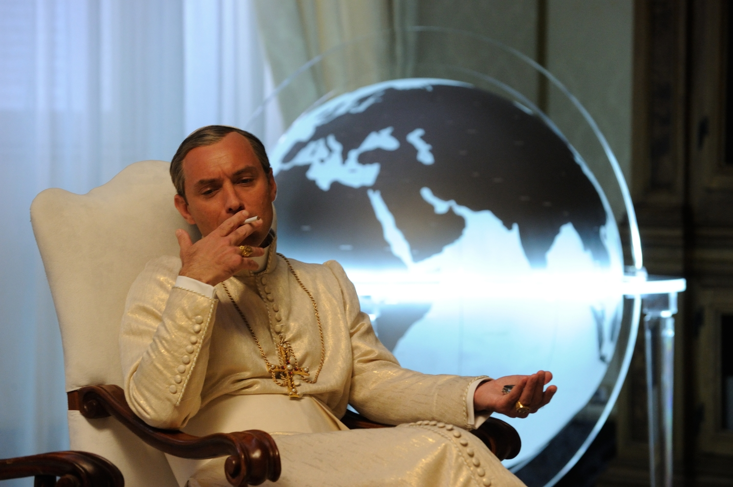 The Young Pope: Jude Law in una scena della serie