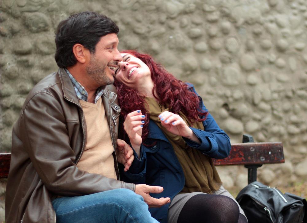 One Last Afternoon: Katerina D'Onofrio e Lucho Cáceres sorridenti in una scena del film