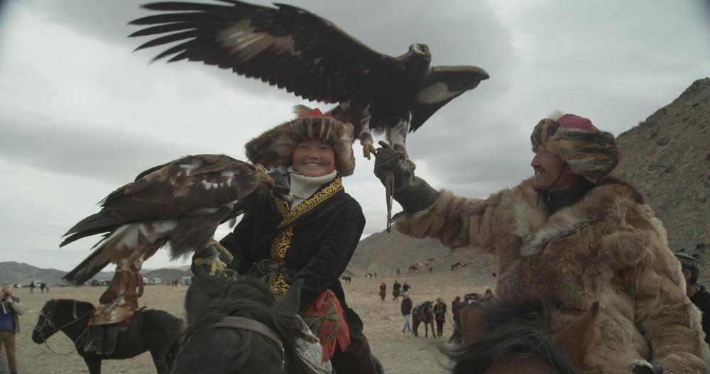 The Eagle Huntress: Aisholpan e Nurgaiv Rys in una scena del documentario