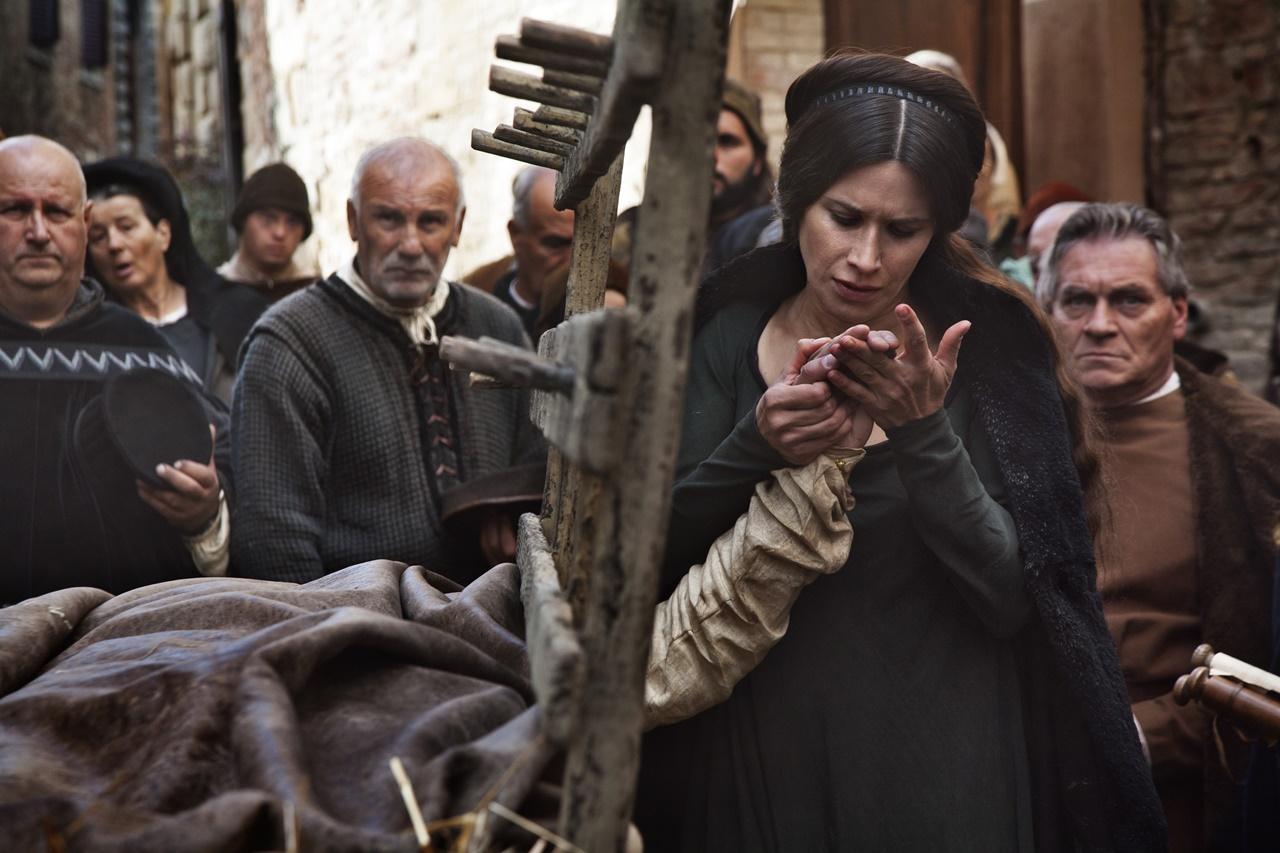 Medici, Masters of Florence: Valentina Cervi in una scena