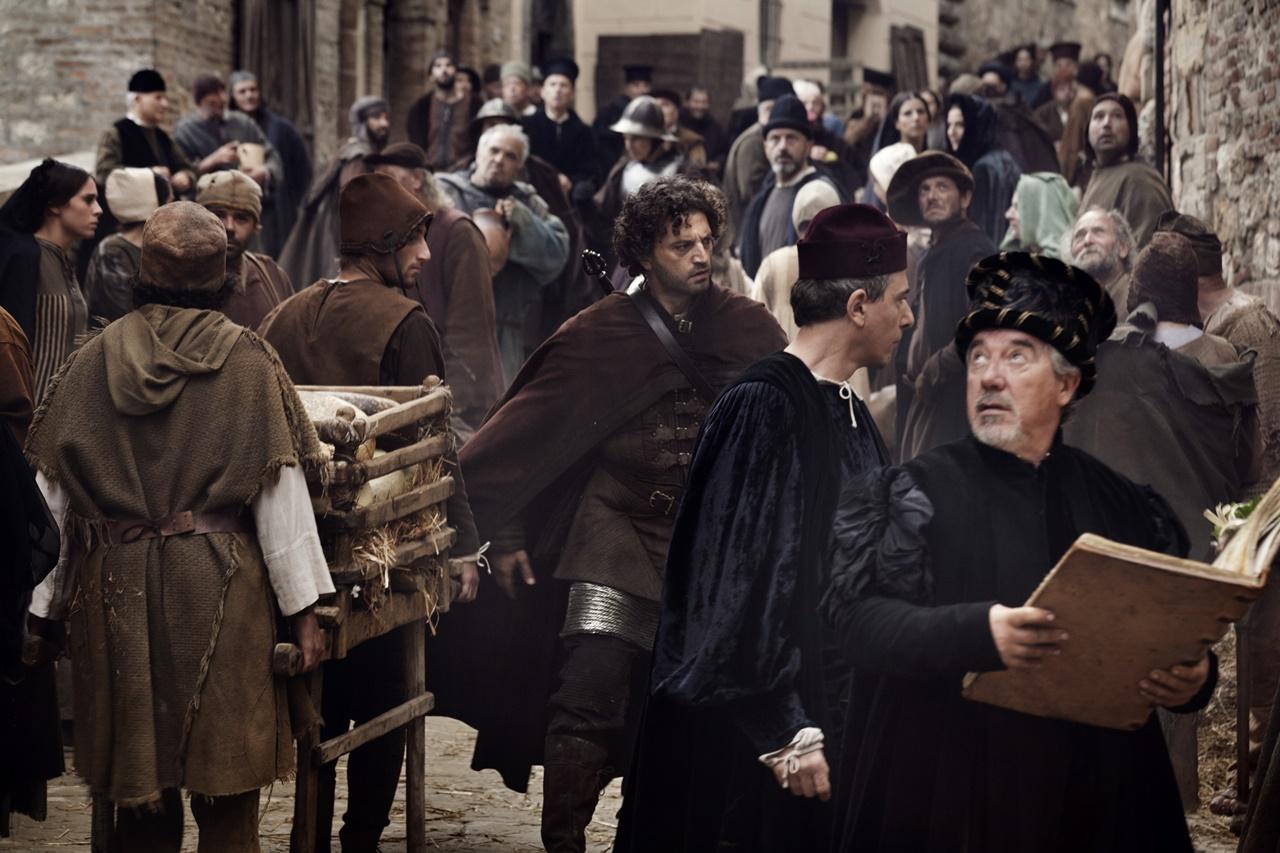 Medici, Masters of Florence: Guido Caprino in mezzo alla folla