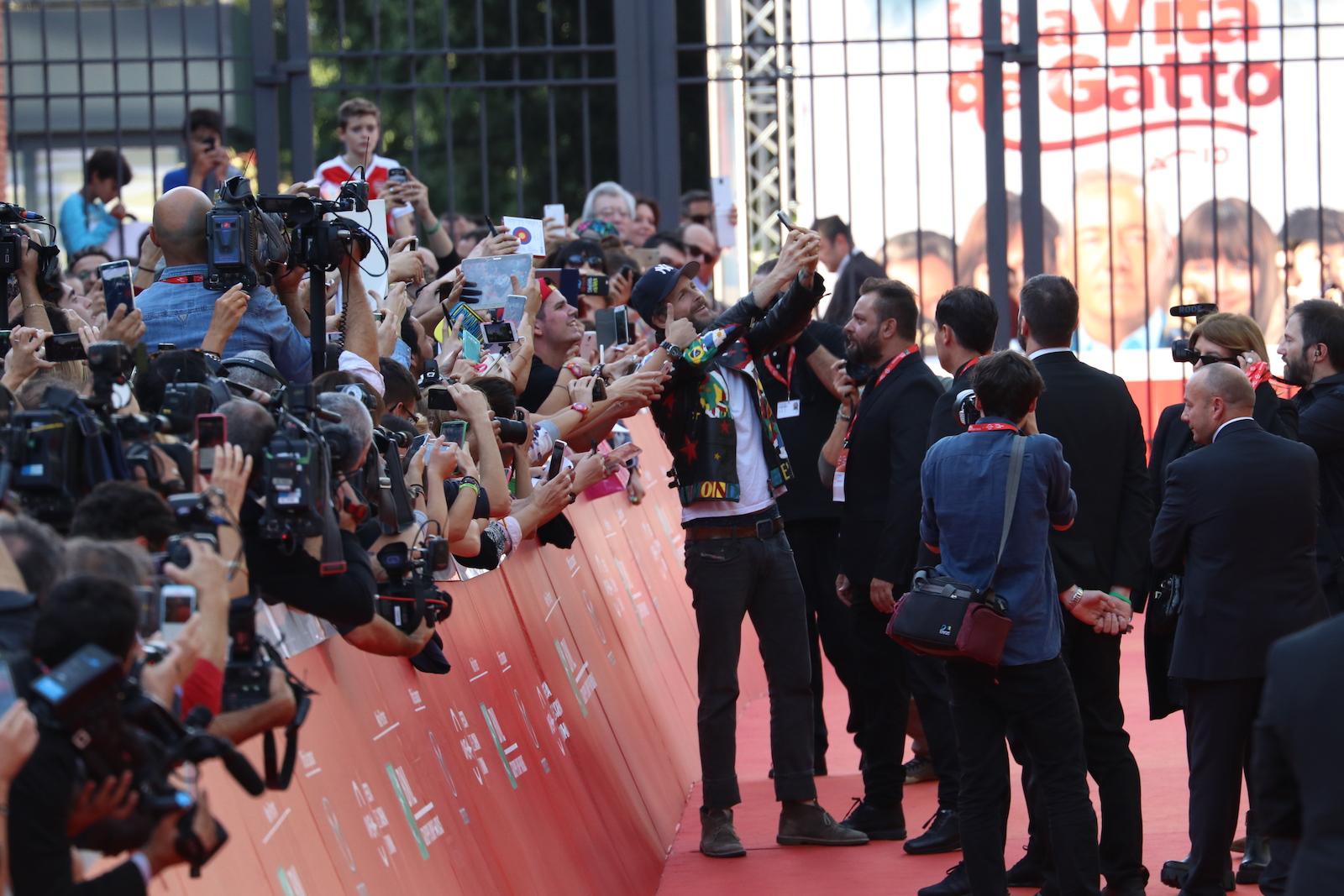Roma 2016: Jovanotti fa selfie con i fan sul red carpet