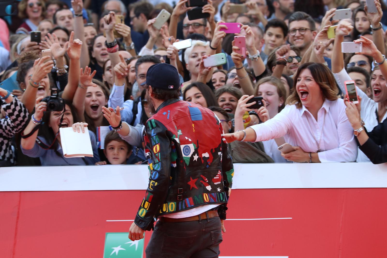 Roma 2016: Jovanotti davanti ai fan sul red carpet