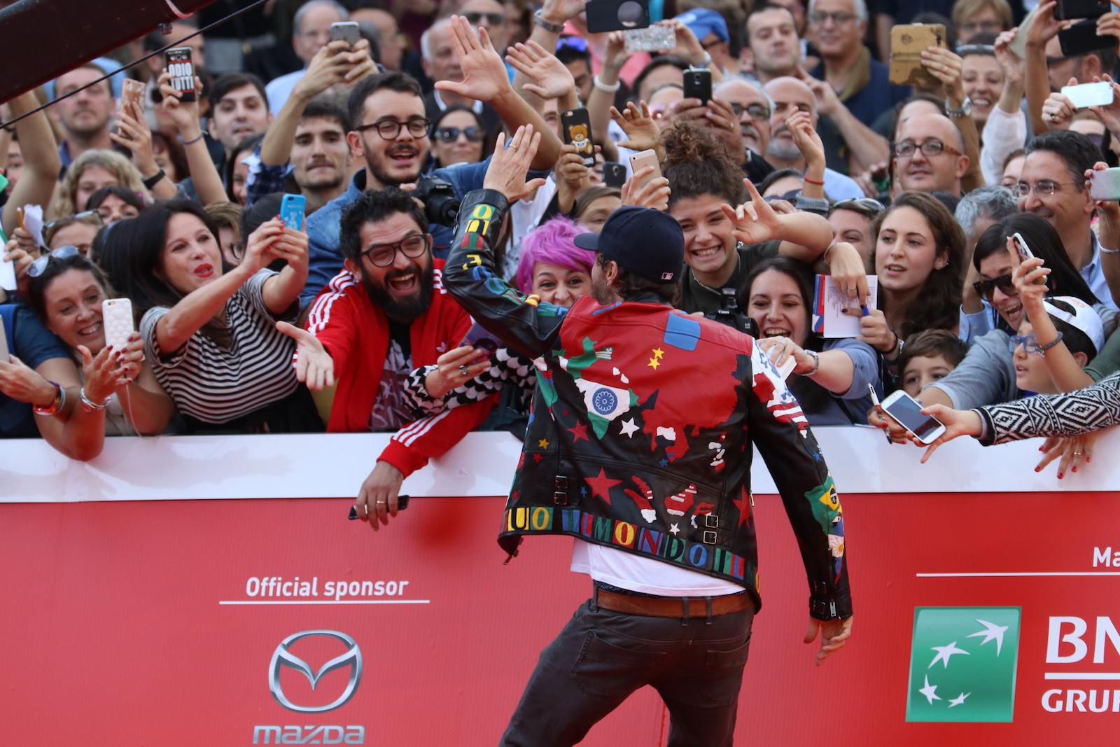 Roma 2016: Jovanotti saluta i fan sul red carpet