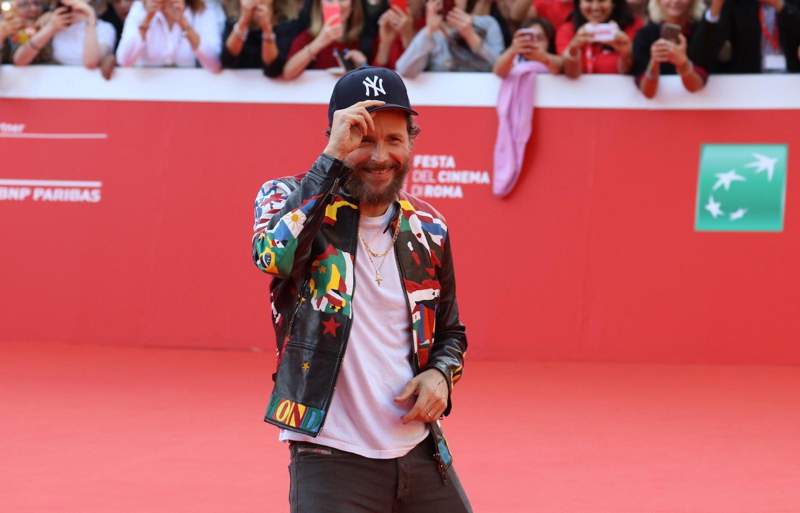 Roma 2016: Jovanotti si toglie il cappello sul red carpet
