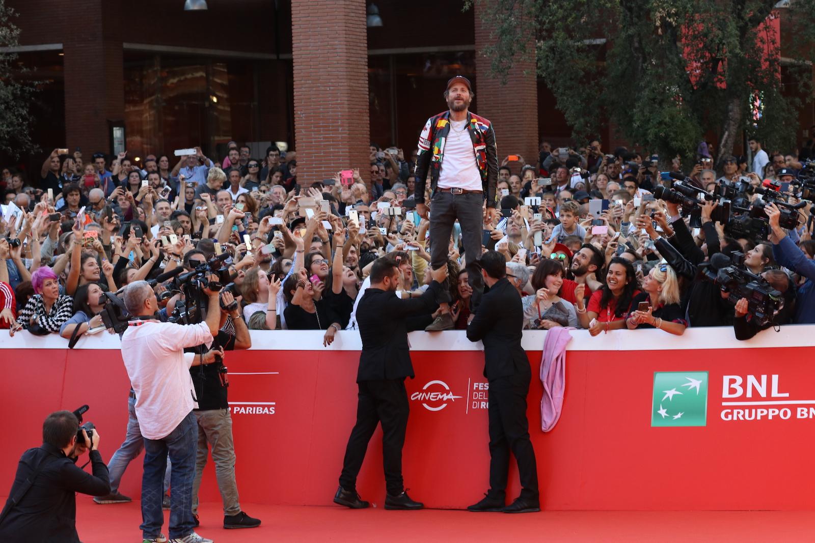 Roma 2016: Jovanotti sorretto dalla security sul red carpet