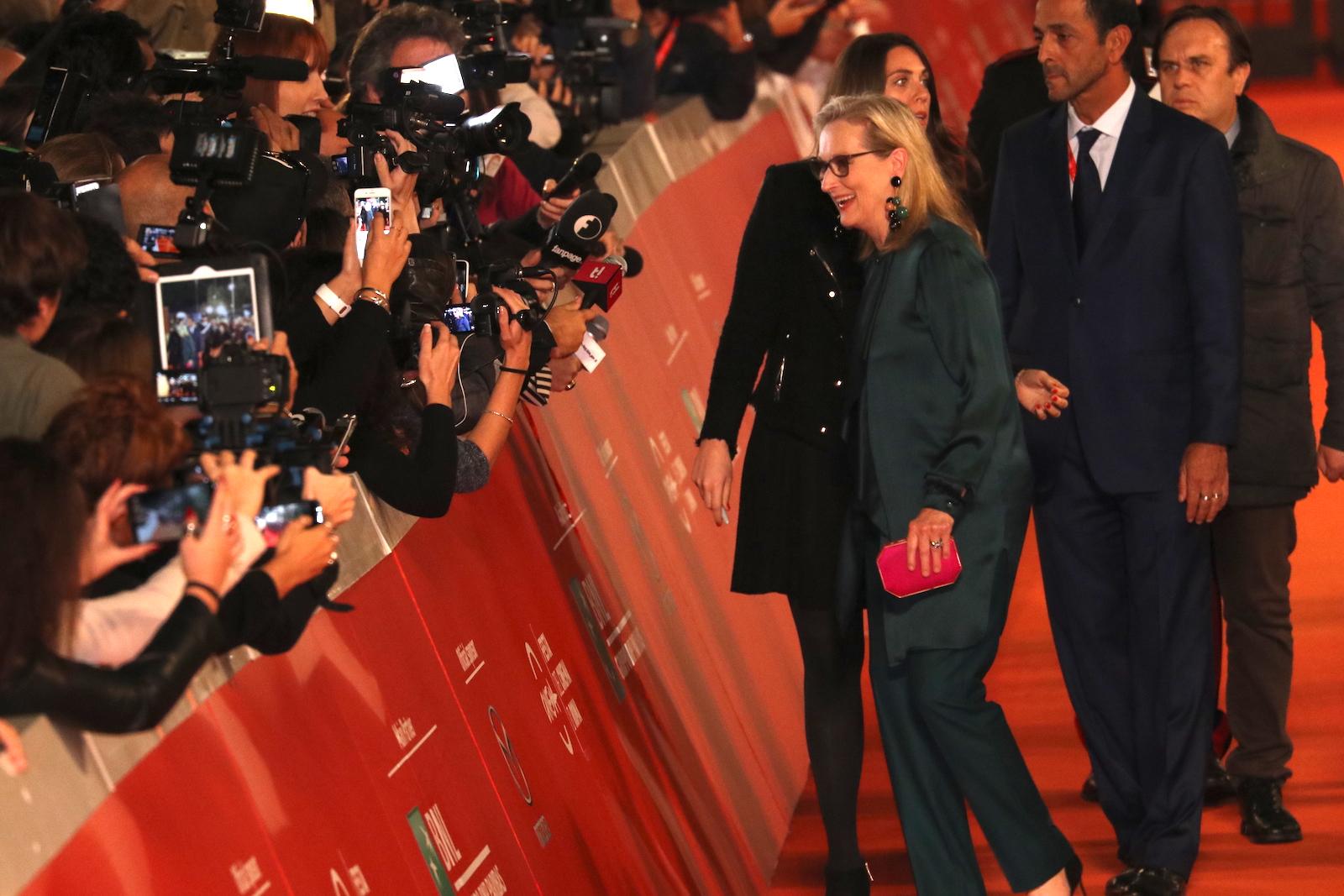 Roma 2016: Meryl Streep con i giornalisti sul red carpet di Florence Foster Jenkins