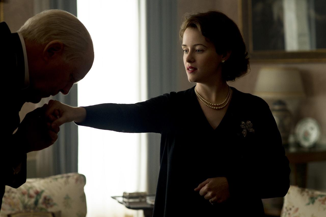 The Crown: John Lithgow e Claire Foy in una foto del terzo episodio