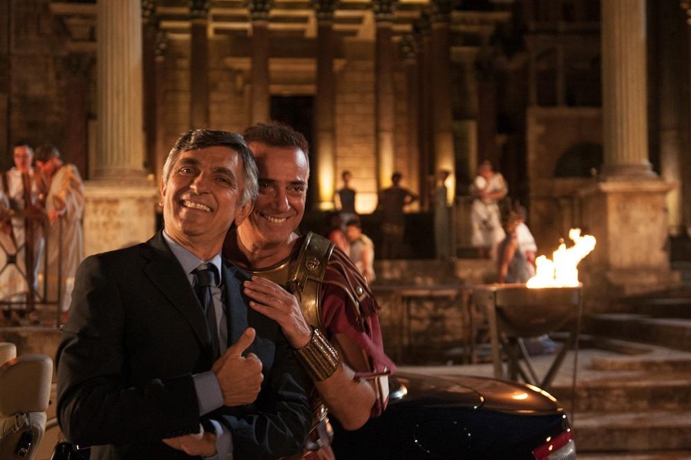 Non si ruba a casa dei ladri: Vincenzo Salemme e Massimo Ghini sorridenti sul set del film