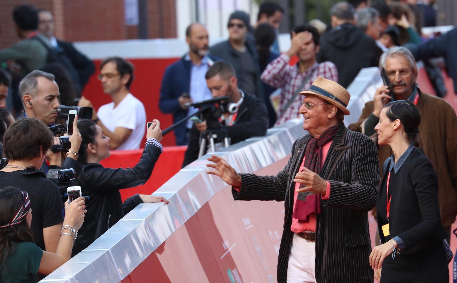 Roma 2016: Renzo Arbore davanti ai giornalisti sul red carpet
