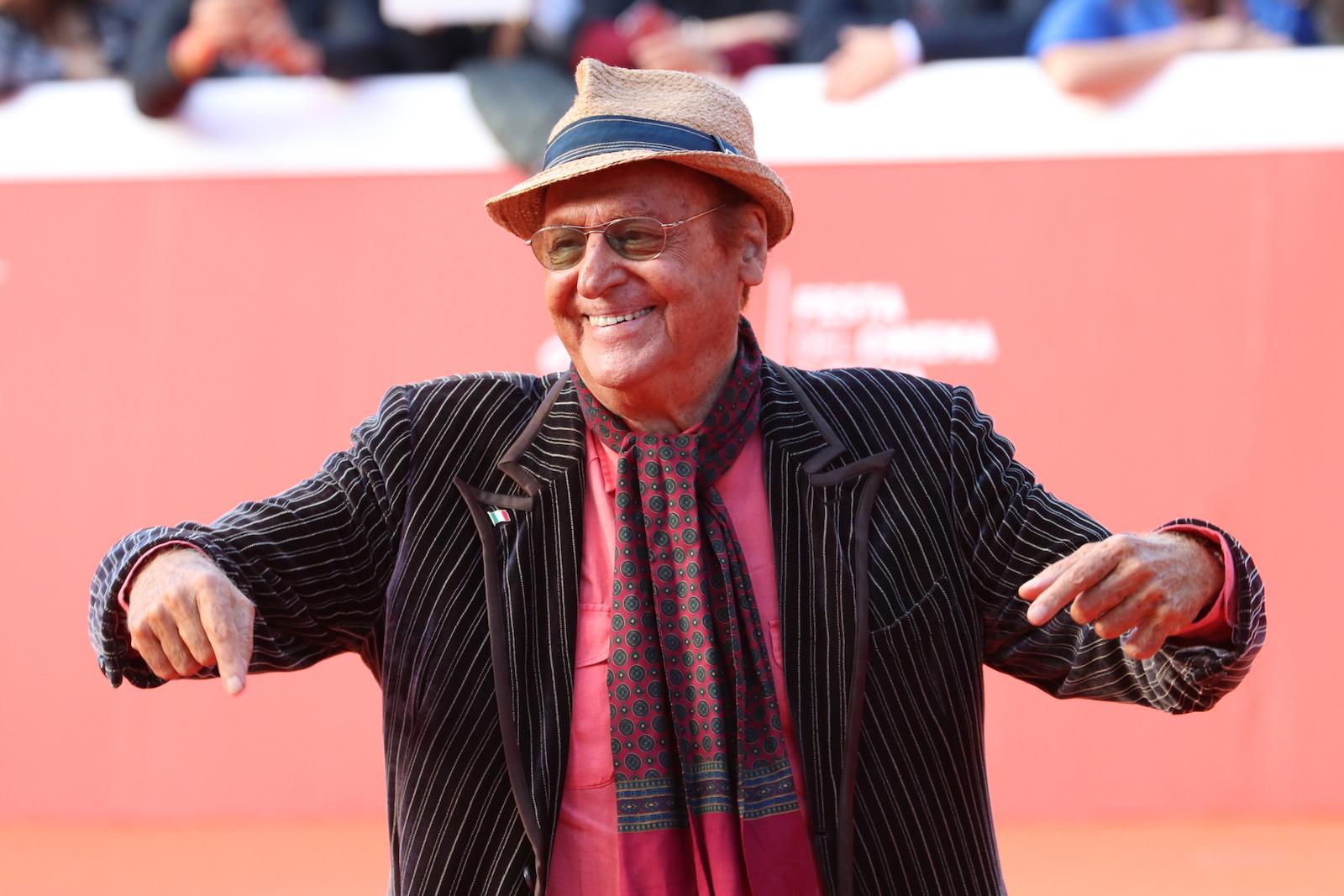 Roma 2016: Renzo Arbore scherza sul red carpet