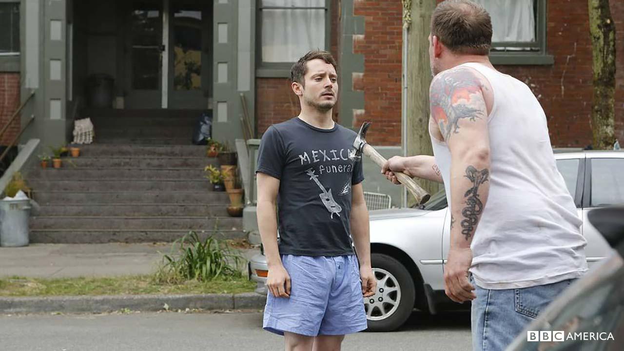 Dirk Gently's Holistic Detective Agency: l'attore Elijah Wood in una foto del primo episodio