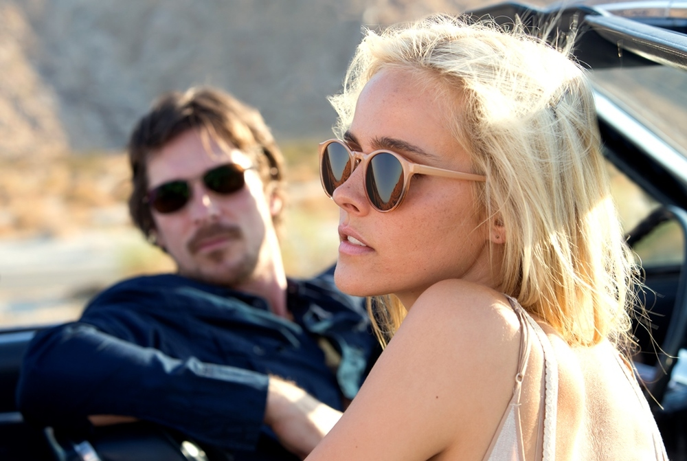 Knight of Cups: Isabel Lucas e Christian Bale in una scena del film