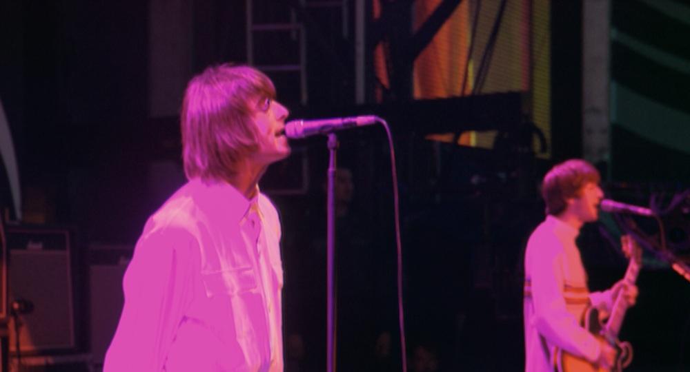 Oasis: Supersonic, Liam Gallagher canta sul palco in un'immagine del documentario