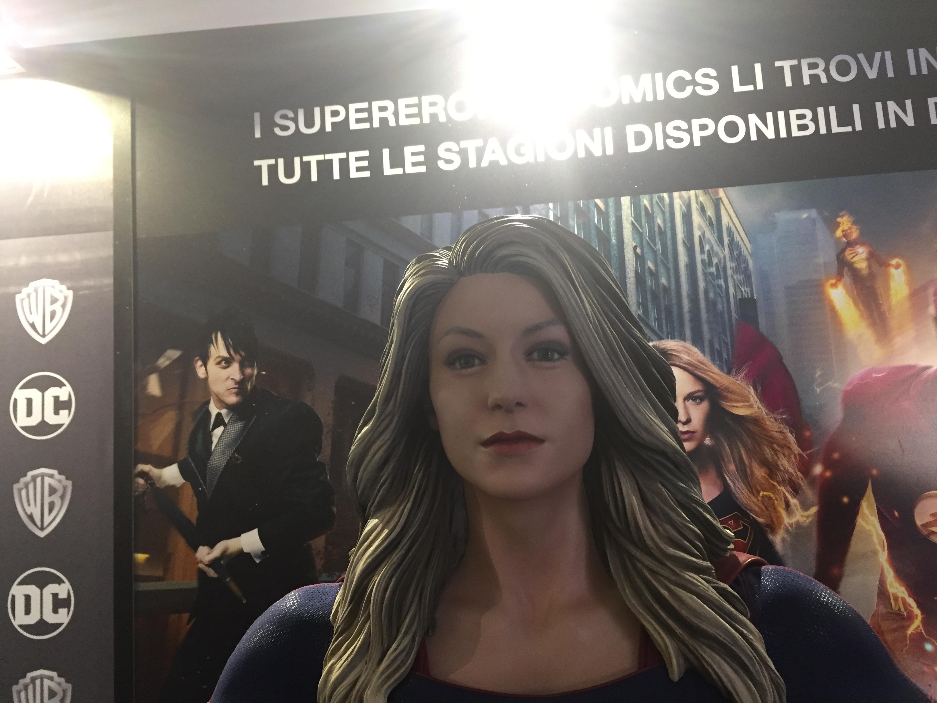 Lucca Comics 2016: Supergirl nel padiglione Warner