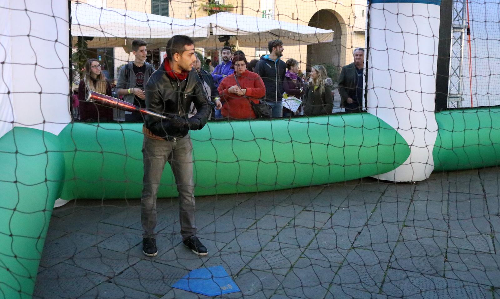 Lucca 2016: cosplayer di Negan mentre gioca a baseball al padiglione Fox