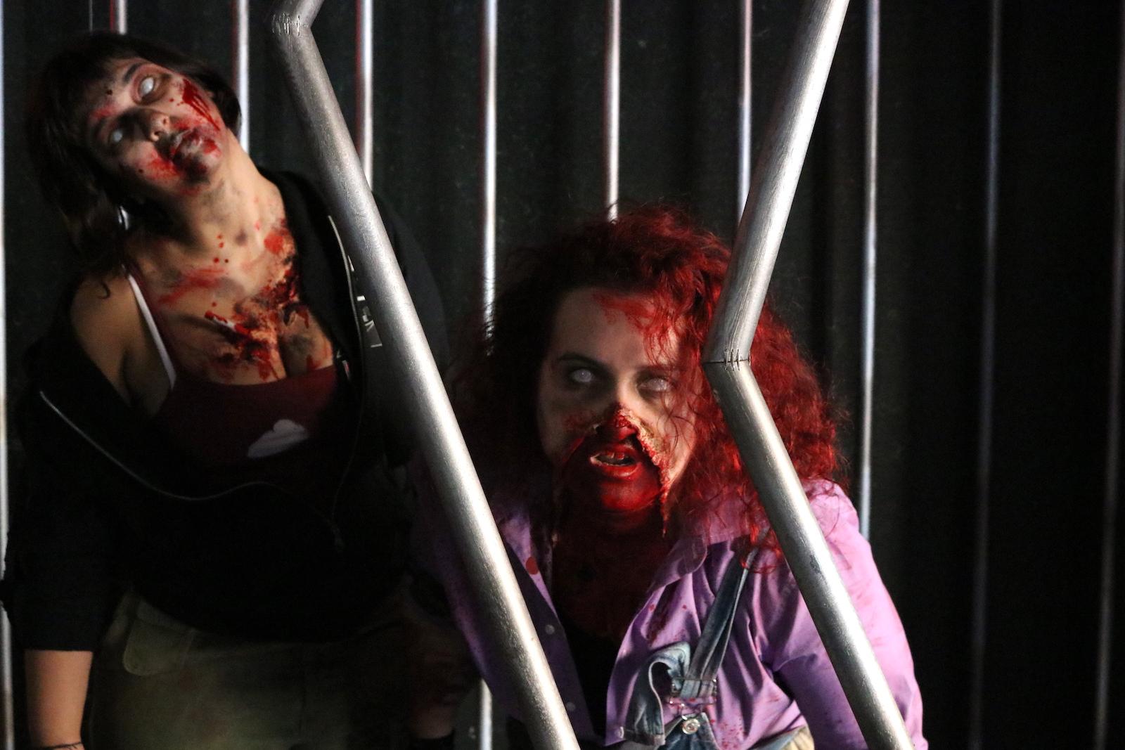 Lucca 2016: due zombie al padiglione Fox