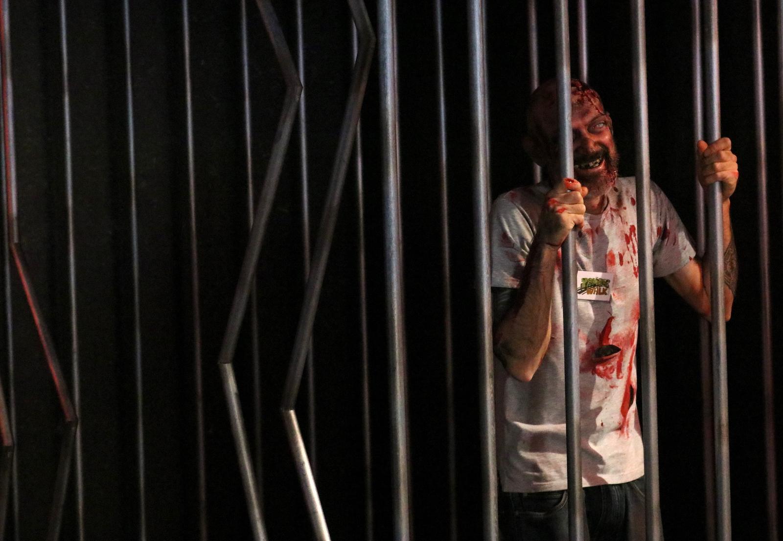 Lucca 2016: zombie in gabbia al padiglione Fox