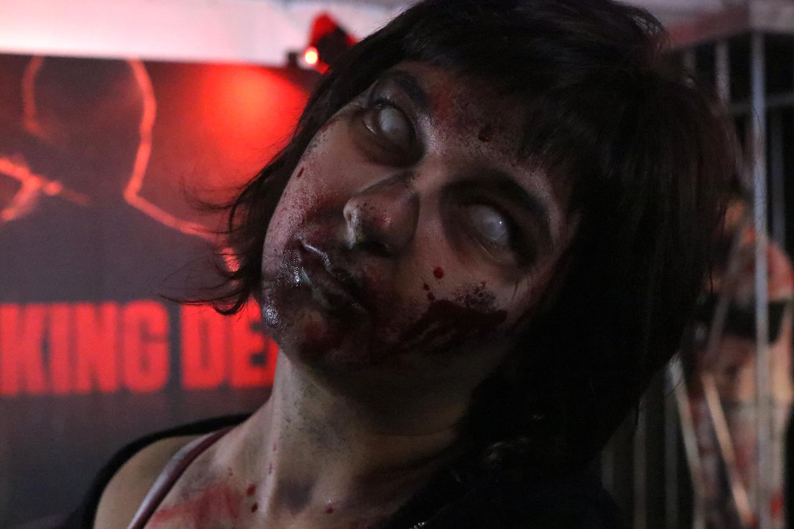 Lucca 2016: primo piano di uno zombie al padiglione Fox