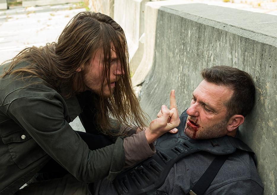The Walking Dead: gli attori Joshua Mikel e Karl Makinen in The Well