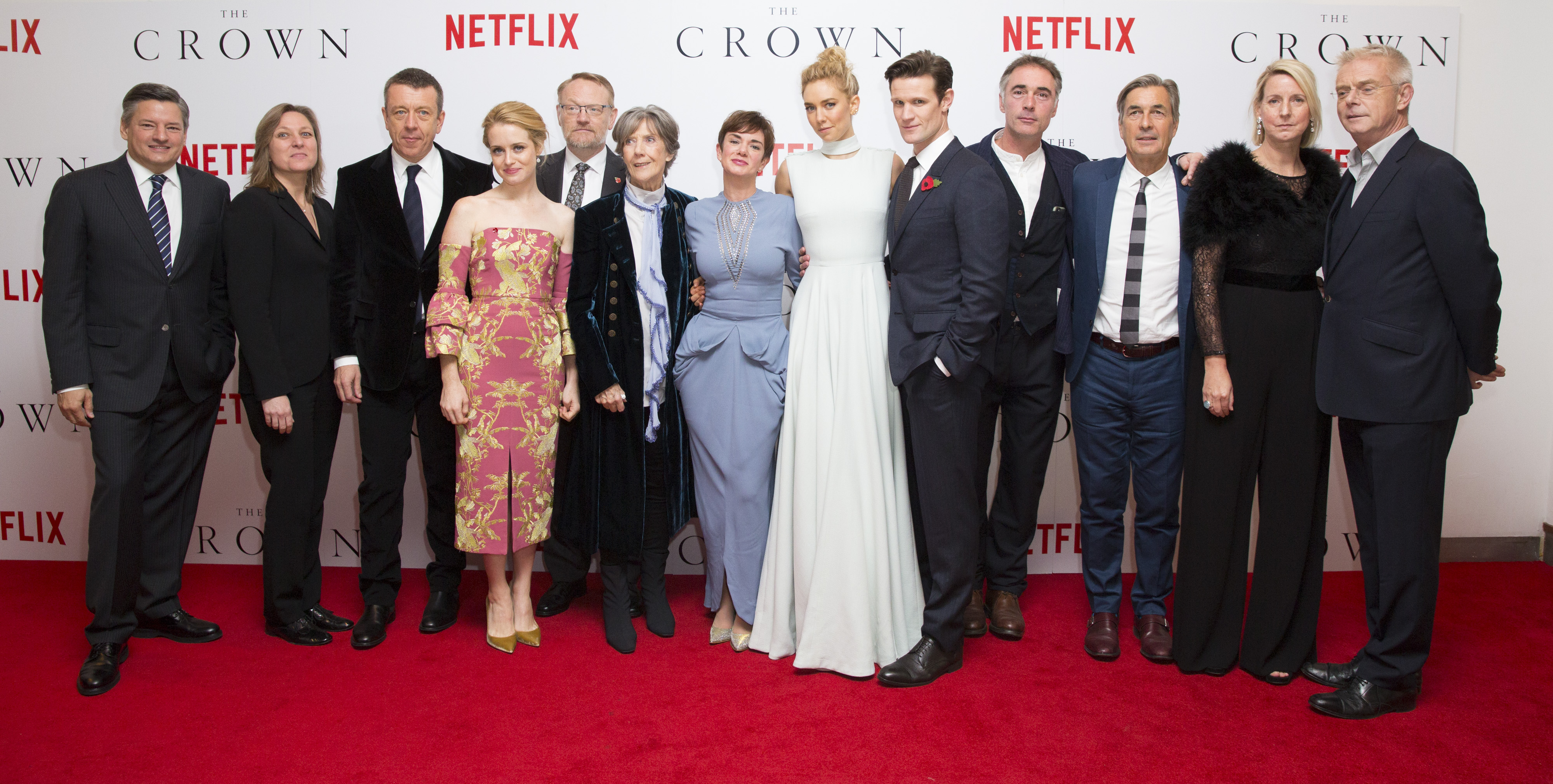 The Crown: il cast e la troupe sul red carpet della première