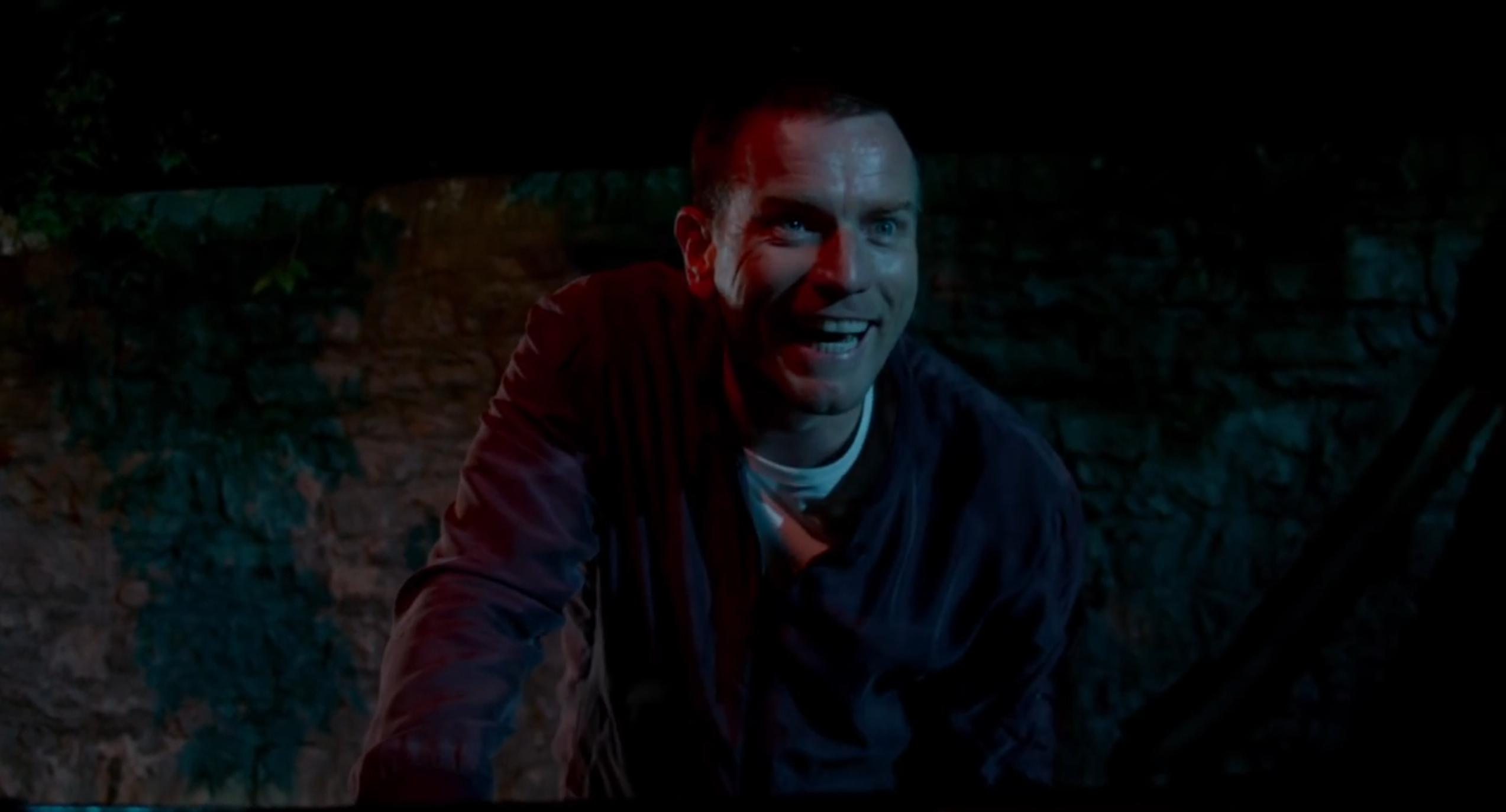 T2: Trainspotting 2 - Ewan McGregor sorride in un'immagine del trailer del film