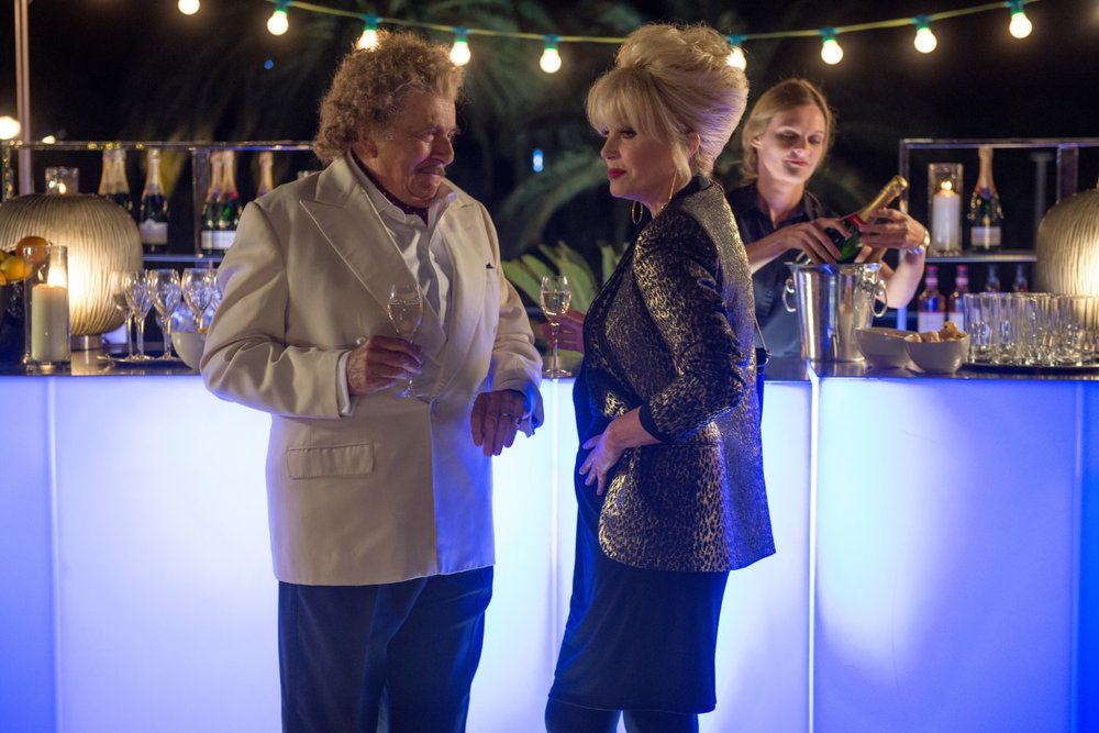 Absolutely Fabulous: The Movie, Barry Humphries e Joanna Lumley in una scena del film