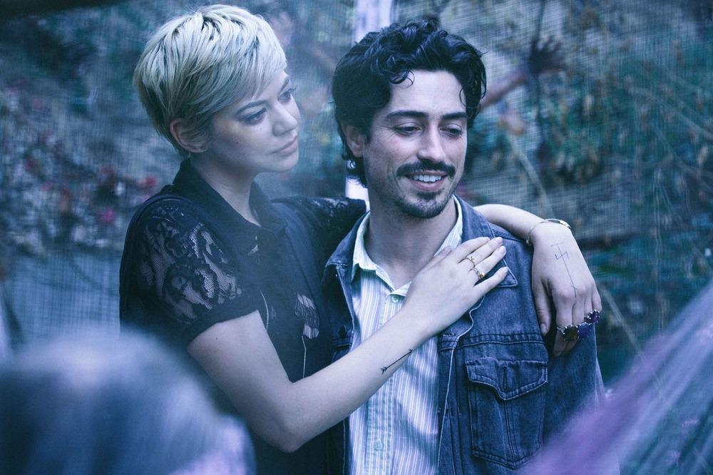 Between Us: Analeigh Tipton e Ben Feldman in una scena del film