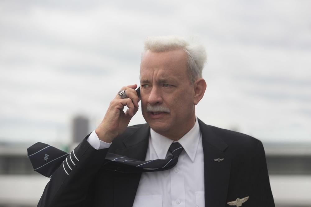 Sully: Tom Hanks in una scena del film
