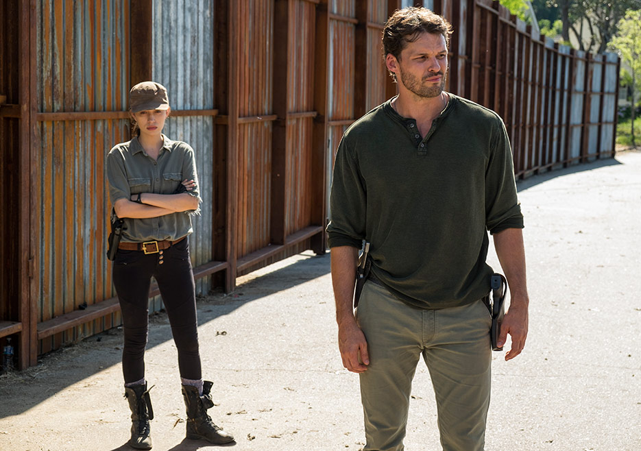 The Walking Dead: Christian Serratos e Austin Nichols nell'episodio Al tuo servizio