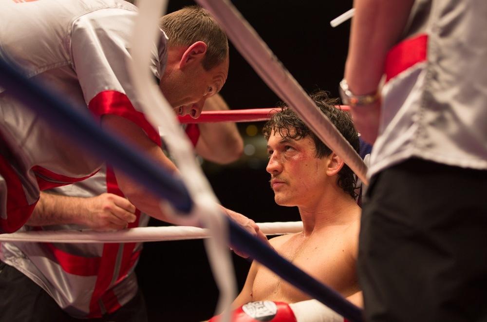 Bleed for This - Vivo per combattere: Miles Teller e Aaron Eckhart sul ring in una scena del film