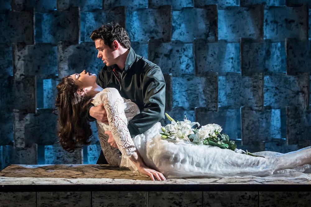 Kenneth Branagh Theatre Company - Romeo e Giulietta: Richard Madden e Lily James in una scena dello spettacolo